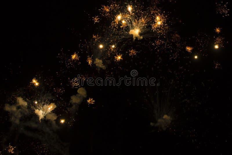 Antecedentes abstractos: Fuegos artificiales que brillan de oro fotografía de archivo libre de regalías