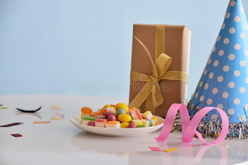 Antecedentes de la fiesta de cumpleaños con cupcake, sombrero de fiesta y regalo fotografía de archivo libre de regalías