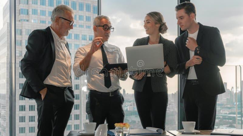 Antecedentes de negócios dos membros da Comissão Executiva tendo discussões comerciais em conjunto fotos de stock