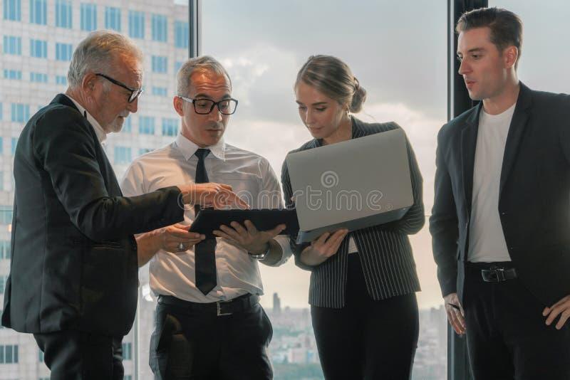 Antecedentes de negócios dos membros da Comissão Executiva tendo discussões comerciais em conjunto fotografia de stock
