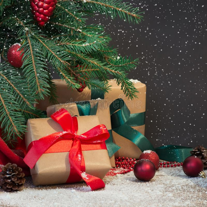 Antecedentes del día de fiesta de la Navidad Casquillo del ` s de los regalos, de Papá Noel y decoración debajo de un árbol de na imagenes de archivo