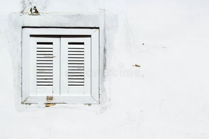 Antecedentes: Ventana oxidada en la pared blanca imagenes de archivo