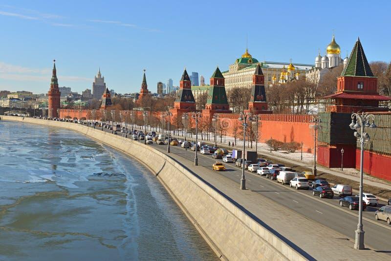 Antecipação da mola Kremlin de Moscou e terraplenagem do Kremlin imagem de stock