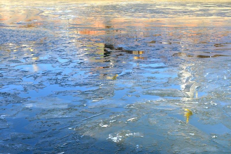 Antecipação da mola Reflexão da catedral e da torre do Kremlin nas águas do rio de Moscou fotografia de stock