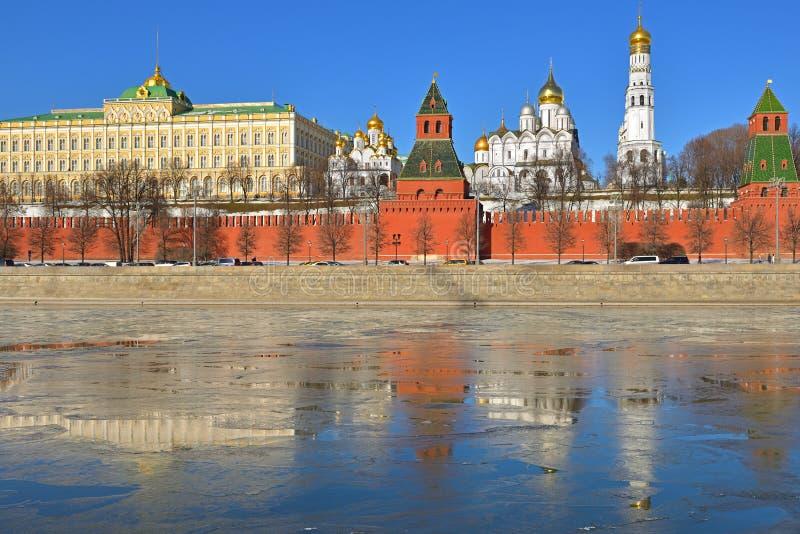 Antecipação da mola Rio do Kremlin, da terraplenagem do Kremlin, da Moscou e reflexão do gelo Rússia imagem de stock