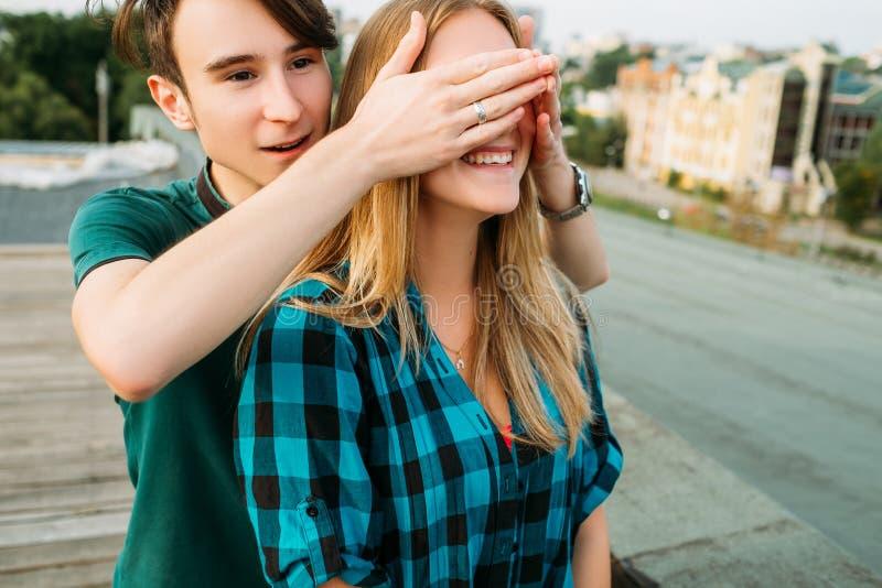 Antecipação romântica do telhado da surpresa do noivo foto de stock