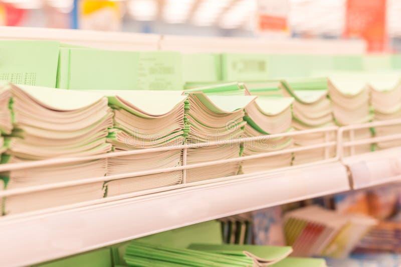 Anteckningsböcker på en hylla i ett lager Tillbaka till skolabegreppet som shoppar för ett förskolebarn, en skola eller en högsko arkivfoto