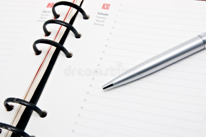 anteckningsbok öppnad penna arkivfoton