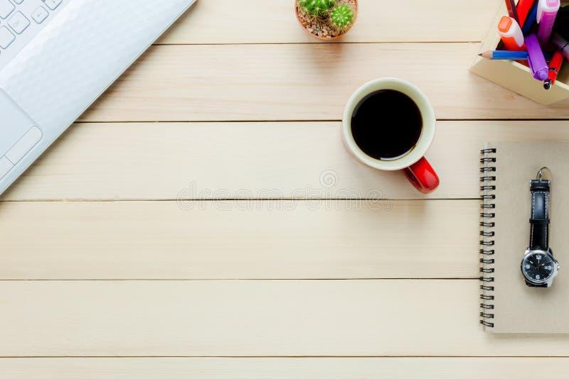 Anteckningsbok för bästa sikt, blyertspenna, svart kaffe, kaktus, klocka, bärbar dator, stati arkivfoto