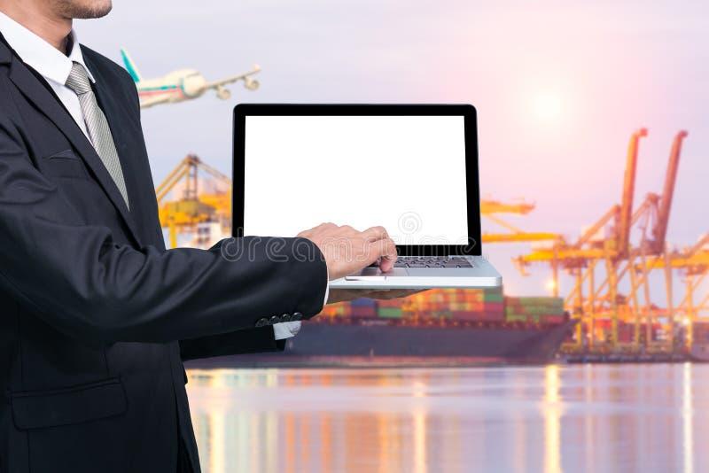 Anteckningsbok för conputer för teknikarbetehåll royaltyfria foton