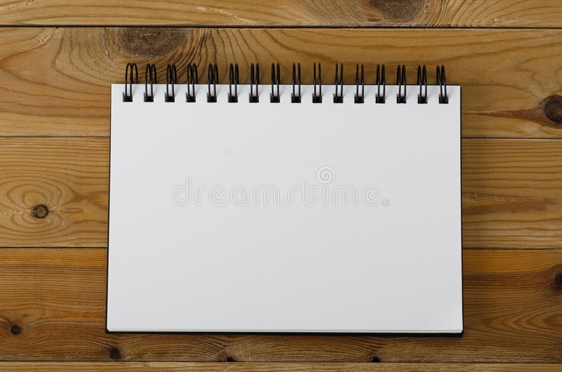 Anteckningsbok för tom sida på trä arkivbilder