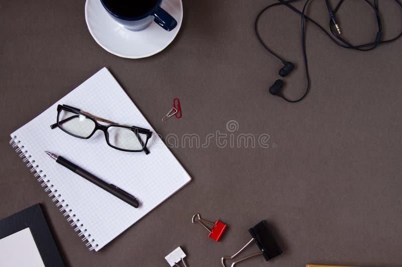 Anteckningsbok kaffekopp, exponeringsglas, kontorstillf?rsel royaltyfri fotografi