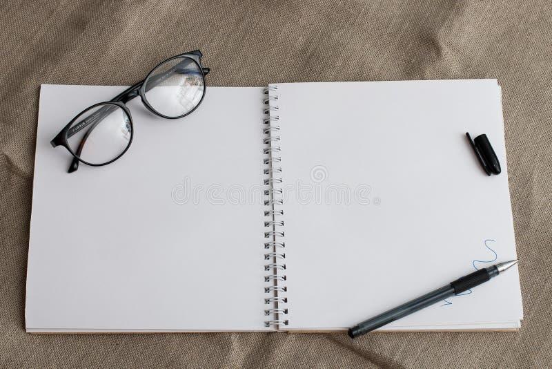 Anteckningsbok med clean sidor arkivbilder