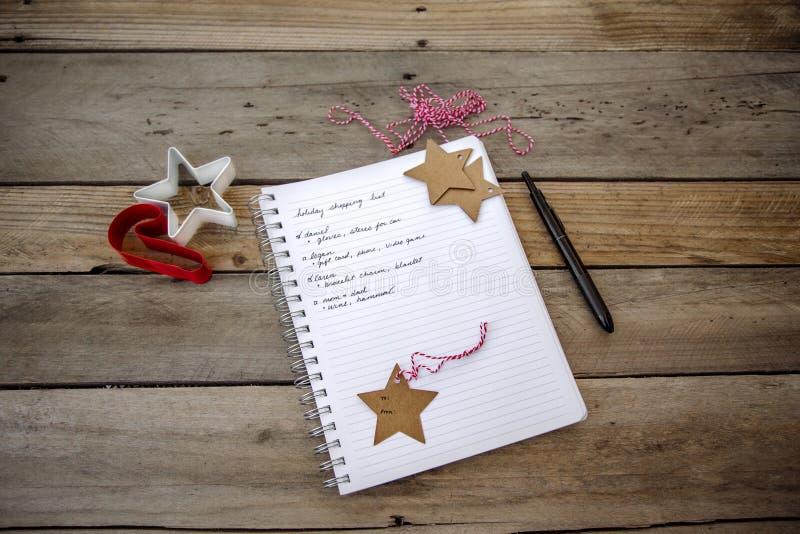 Anteckningsbok med julshoppinglistan arkivbilder