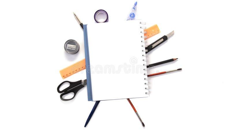 Anteckningsbok med stationära objekt i bakgrunden arkivbild
