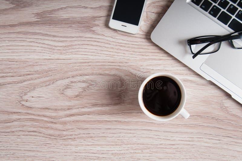Anteckningsbok med varmt kaffe på den wood tabellen royaltyfri foto