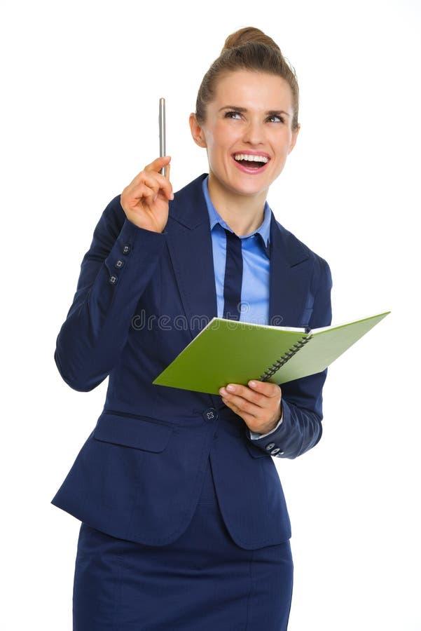 Anteckningsbok och penna för affärskvinnainnehav som öppen har ahaögonblick royaltyfri fotografi
