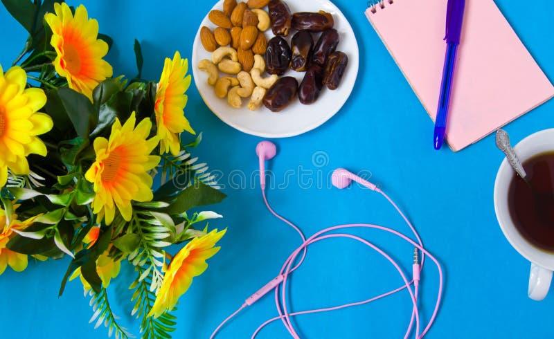 Anteckningsbok penna, blommor, kvinnlig arbetsplats royaltyfri fotografi
