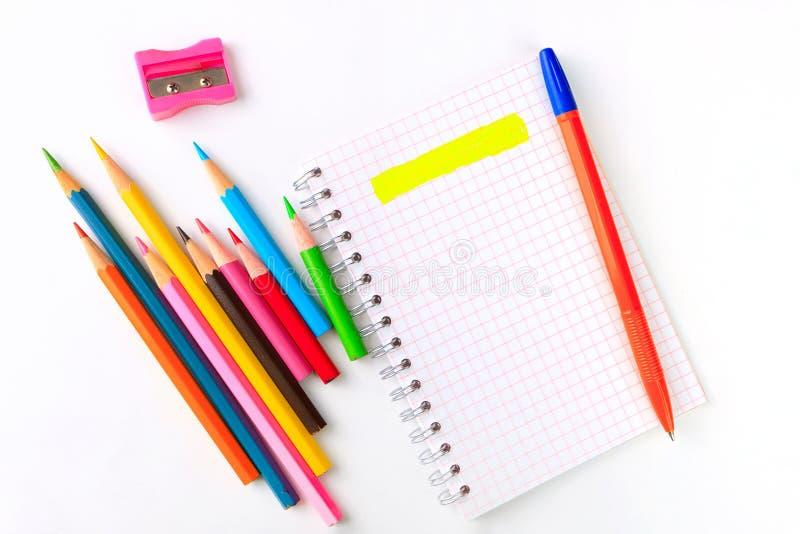 Anteckningsbok, pennor och mångfärgade markörer fotografering för bildbyråer