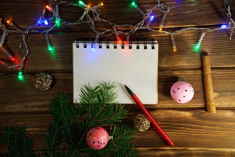 Anteckningsbok som antecknar nytt års önska, lyckönskan och gåvor arkivfoton