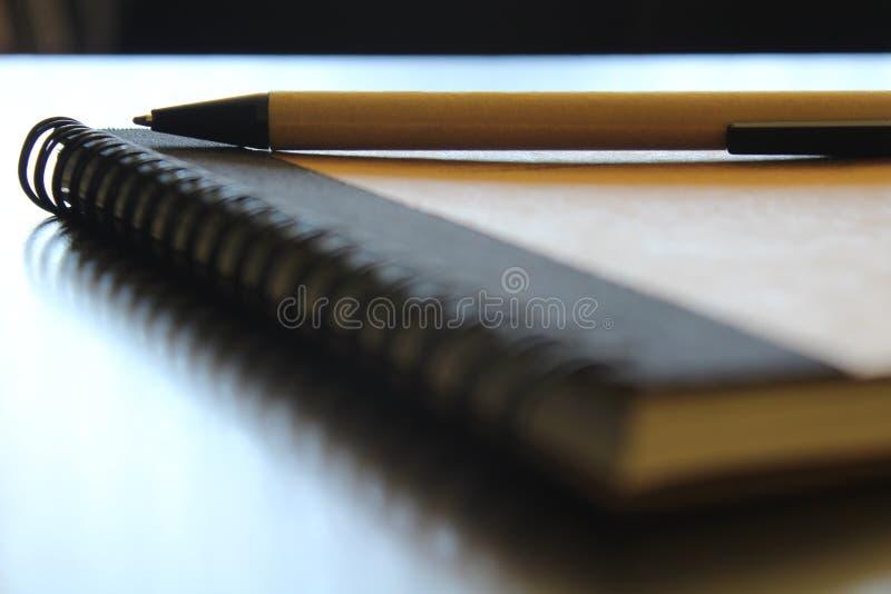 Anteckningsboken med skrivar royaltyfria foton