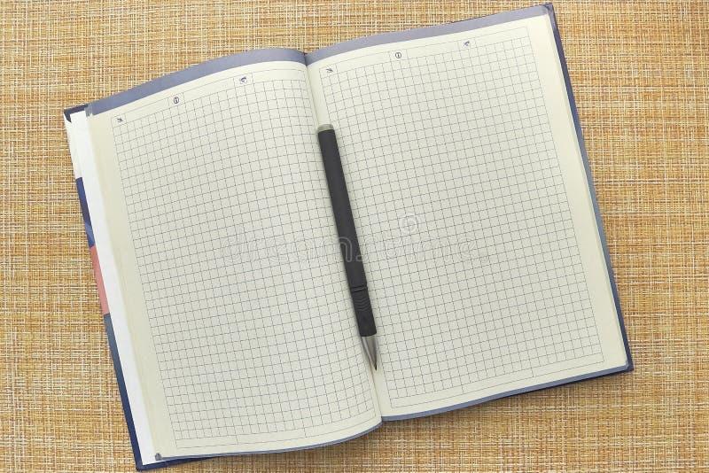 Anteckningsboken och skrivar ark f?r blankt papper Aff?r kontor arkivfoton