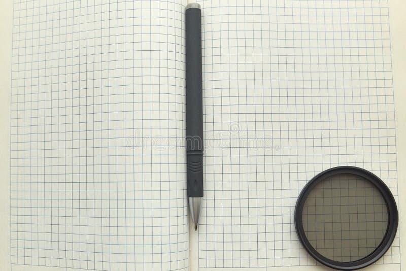 Anteckningsboken och skrivar ark f?r blankt papper Aff?r kontor royaltyfri foto