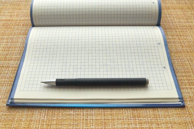 Anteckningsboken och skrivar ark f?r blankt papper Aff?r kontor arkivbilder