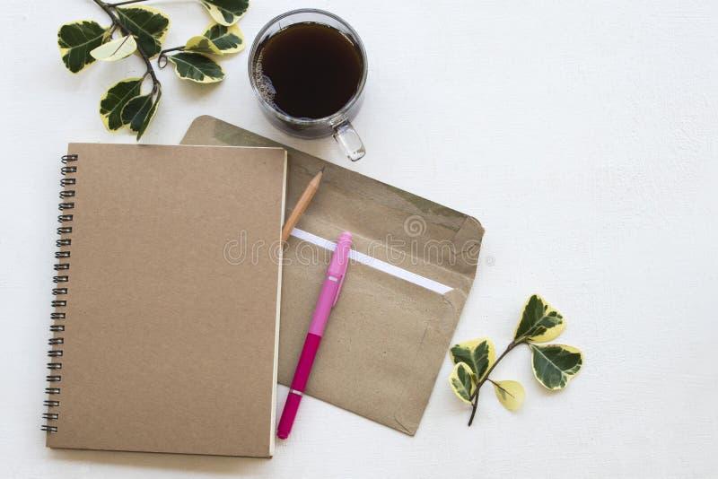Anteckningsbokstadsplanerare, bokstav för affärsarbete på kontorsskrivbordet royaltyfri foto