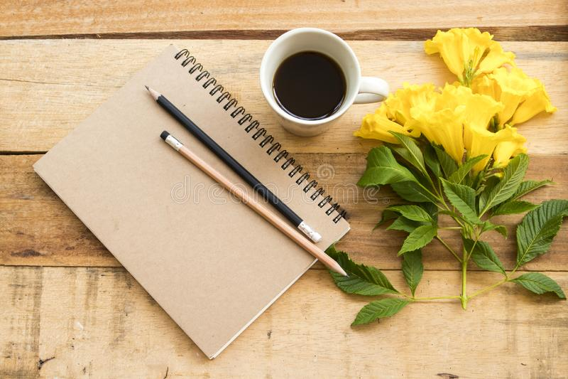 Anteckningsbokstadsplanerare f?r aff?rsarbete med varmt kaffe royaltyfria bilder