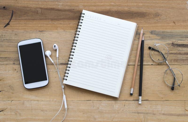 Anteckningsbokstadsplanerare, mobiltelefon för affärsarbete arkivbild