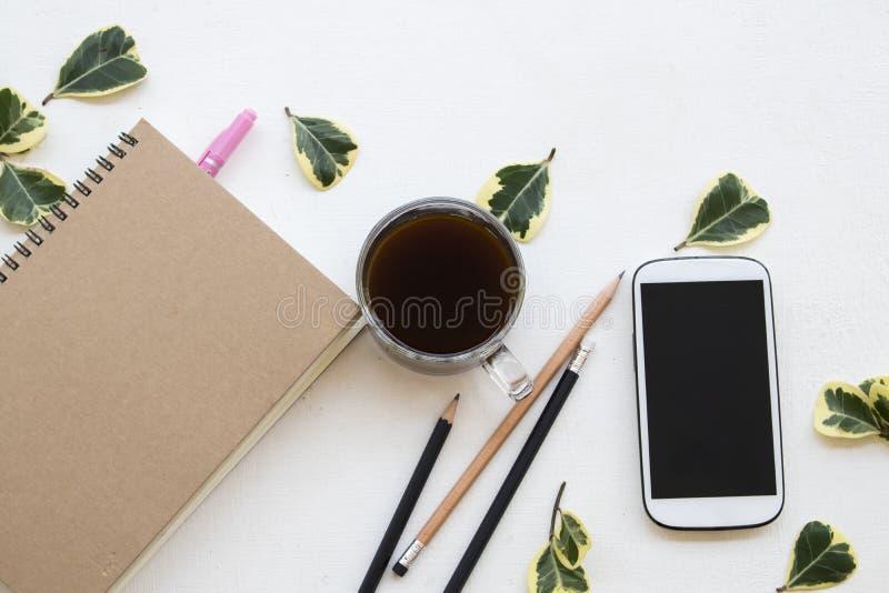Anteckningsbokstadsplanerare, mobiltelefon för affärsarbete på kontorsskrivbordet royaltyfria bilder