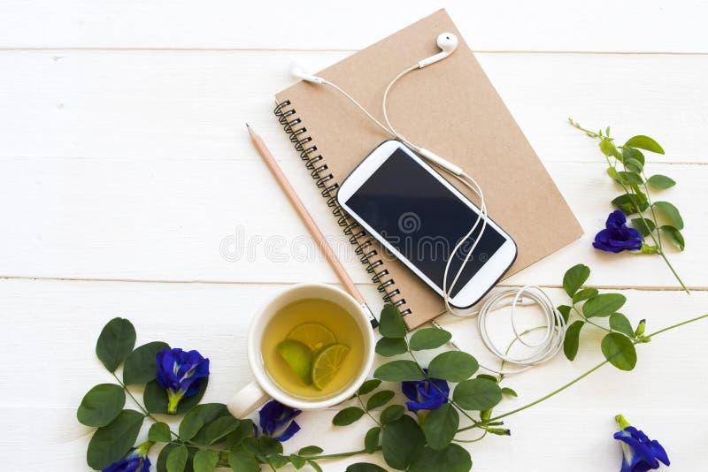 Anteckningsbokstadsplanerare, mobiltelefon för affärsarbete, växt- sund drink royaltyfria foton