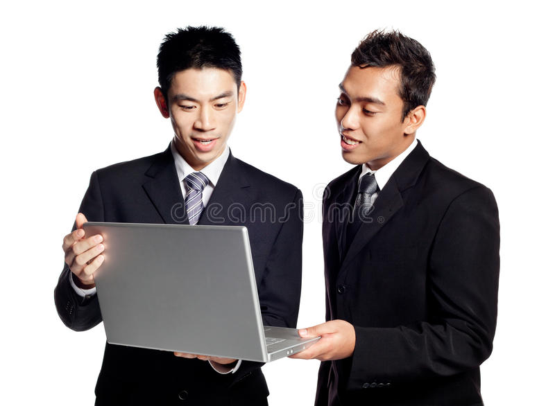 Anteil-Geschäftsinformationen mit zwei asiatische Geschäftsmännern lizenzfreie stockfotos