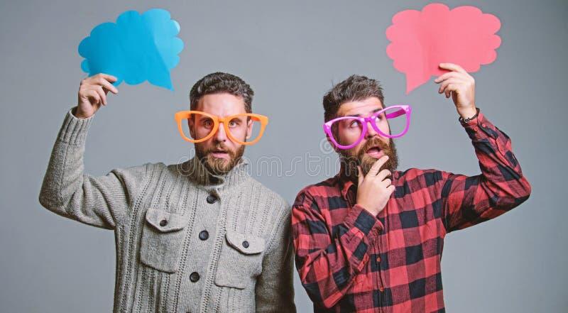 Anteilmeinungsspracheblasenkopienraum Komische und Stimmungsrichtung M?nner mit reifem Hippie des Bartes und des Schnurrbartes tr lizenzfreies stockfoto