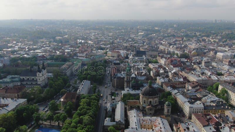 Anten ulic i dach?w Stary miasto Lviv, Ukraina Środkowa część stary miasto Europejski miasto w wio?nie Ludno?ciowi tereny zdjęcie stock