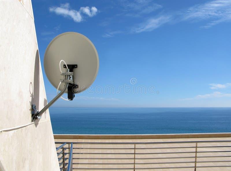 Antena basada en los satélites en la pared fotos de archivo