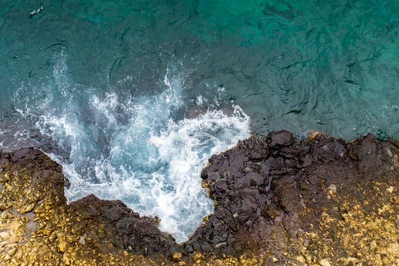 antena Burzowe fale Skalisty brzeg z cristal wodą obrazy stock