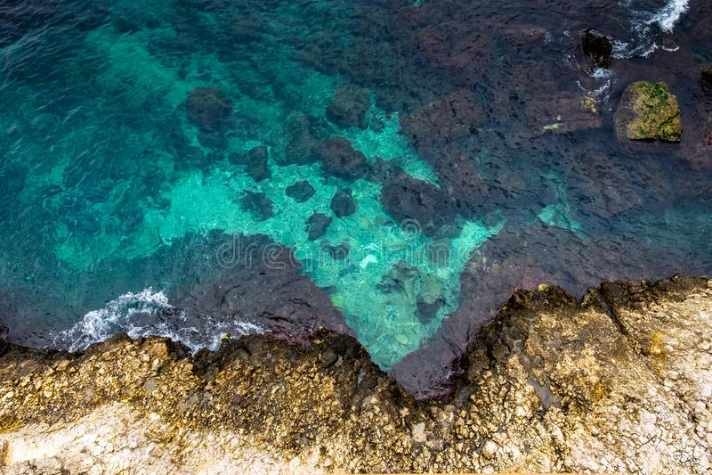 antena Burzowe fale Skalisty brzeg z cristal wodą w Sicily fotografia royalty free