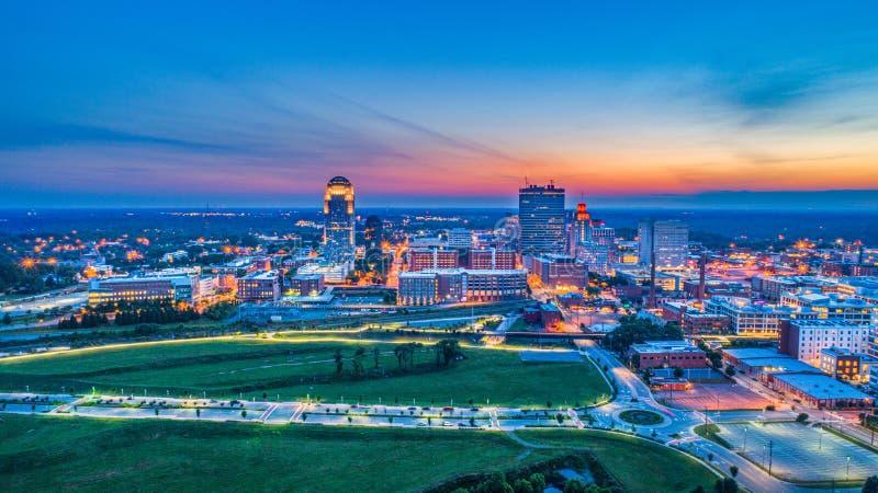 Antena céntrica del horizonte de Winston-Salem North Carolina NC en Sunse imágenes de archivo libres de regalías