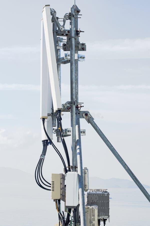 Antena celular en el tejado foto de archivo libre de regalías