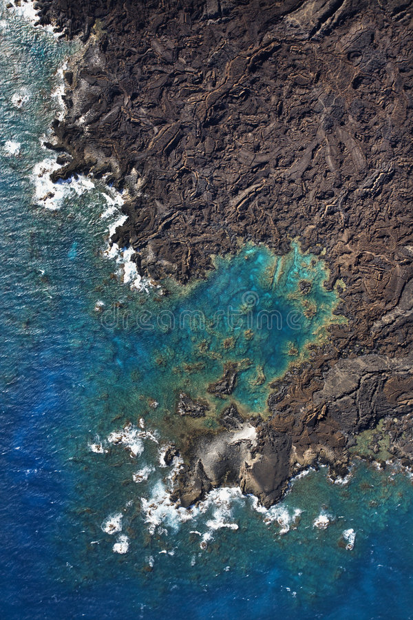 Antena da costa rochosa de Maui. fotos de stock