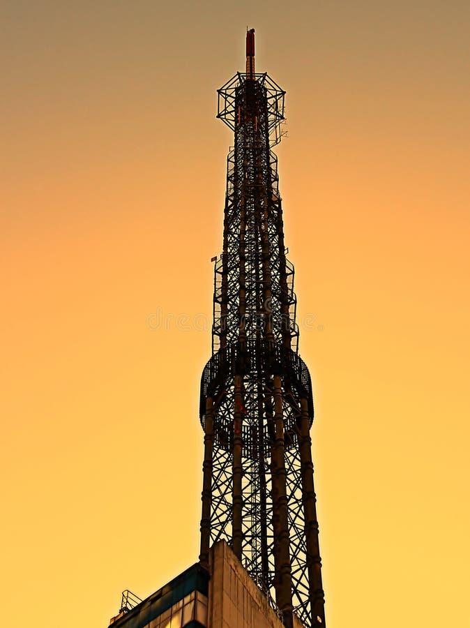 Antena da tevê em um céu crepuscular imagem de stock