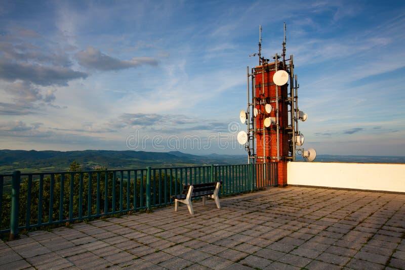 Antena da torre da telecomunicação no monte no por do sol fotos de stock