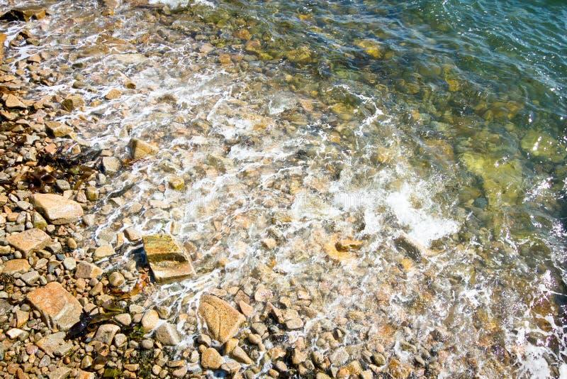 Antena das ondas em Rocky Shore imagem de stock