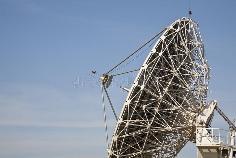 Antena das telecomunicações e o céu foto de stock