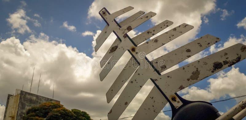 Antena das telecomunicações em um fundo branco do céu azul fotos de stock