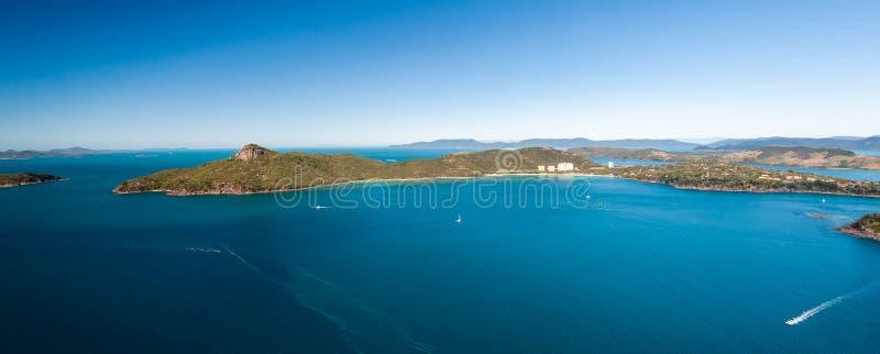 Antena de Hamilton Island Resort Whitsundays, barcos de navigação na água fotos de stock royalty free