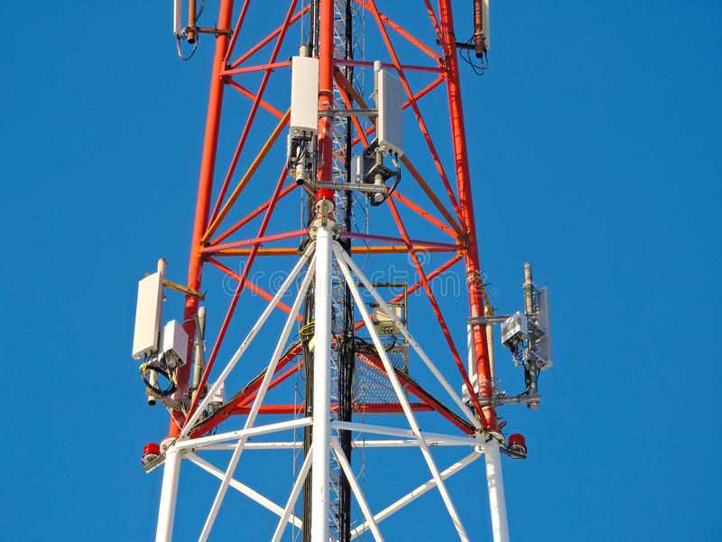 Antena de la célula, transmisor Torre móvil de radio de las telecomunicaciones TV contra el cielo azul foto de archivo libre de regalías
