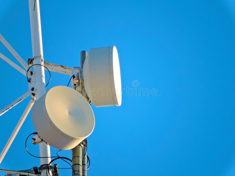 Antena de la célula, transmisor Torre móvil de radio de las telecomunicaciones TV contra el cielo azul imágenes de archivo libres de regalías